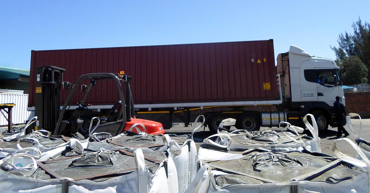 Container unloading of Pörner Bitumen Bags™