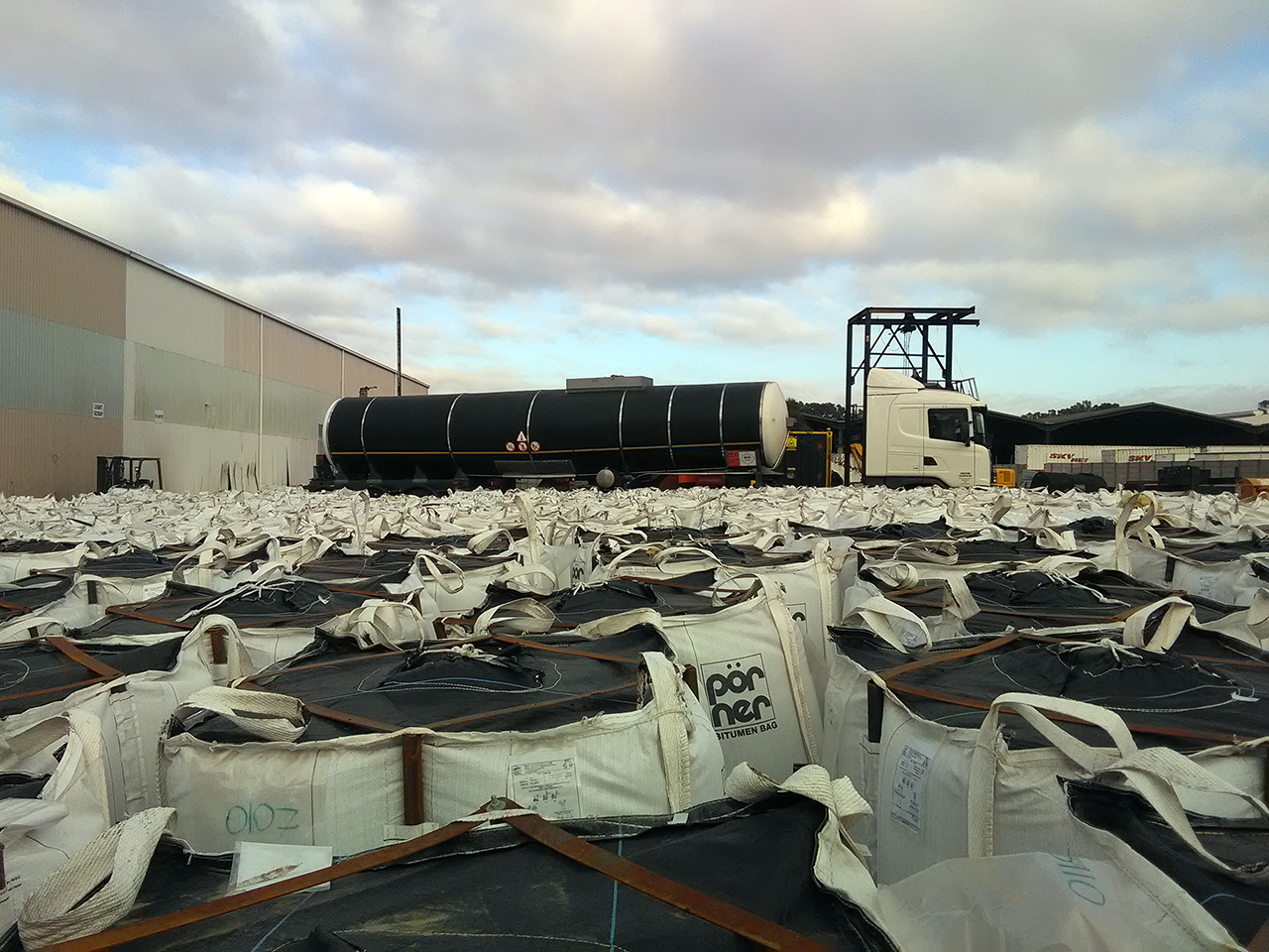 Pörner Bitumen Bags™ and Bitumen Tanker at Melting Terminal in Africa